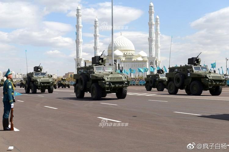Kho do man dan may bay di bo trong duyet binh Kazakhstan-Hinh-10
