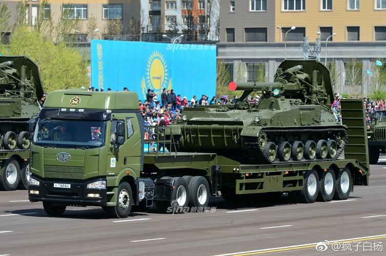 Kho do man dan may bay di bo trong duyet binh Kazakhstan-Hinh-11