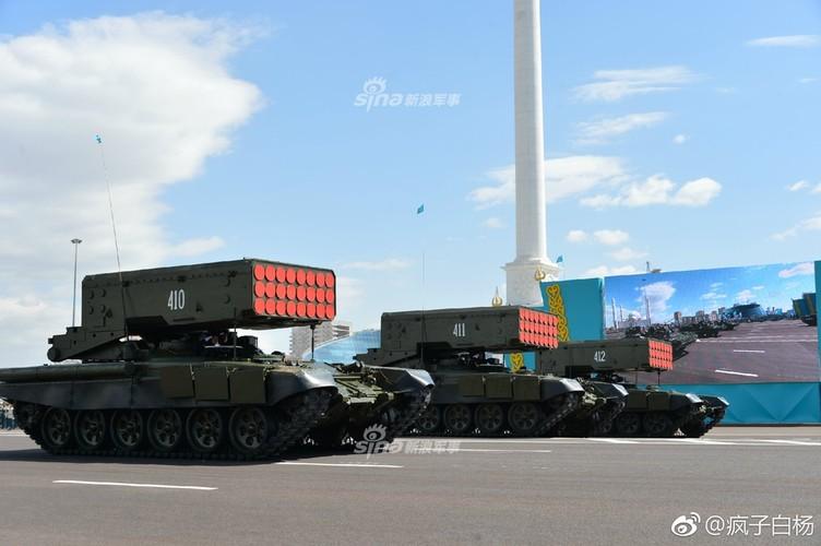 Kho do man dan may bay di bo trong duyet binh Kazakhstan-Hinh-12