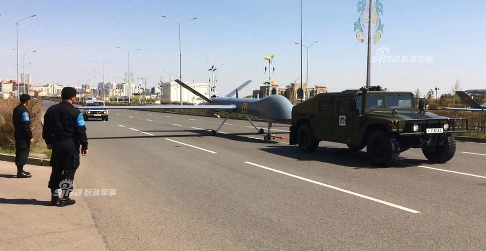 Kho do man dan may bay di bo trong duyet binh Kazakhstan-Hinh-2