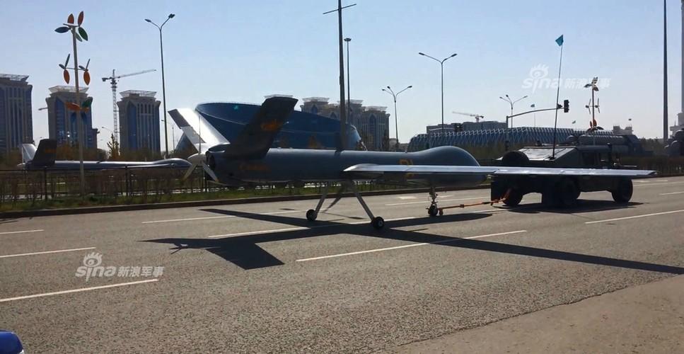 Kho do man dan may bay di bo trong duyet binh Kazakhstan-Hinh-6