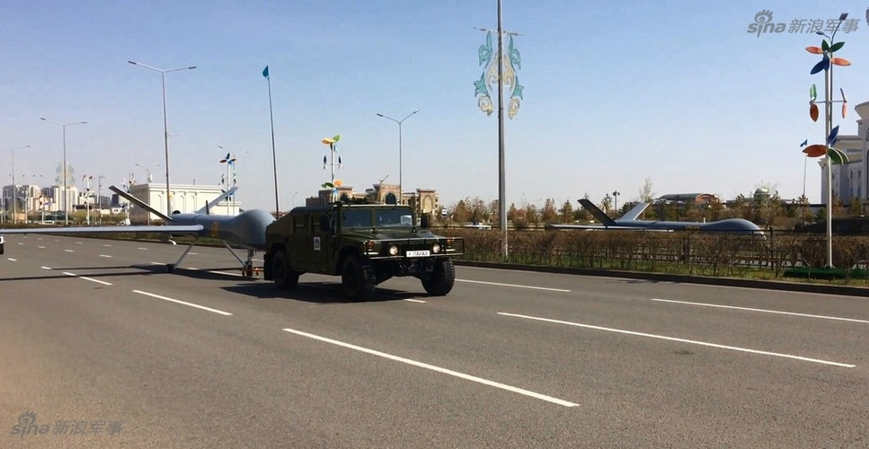 Kho do man dan may bay di bo trong duyet binh Kazakhstan