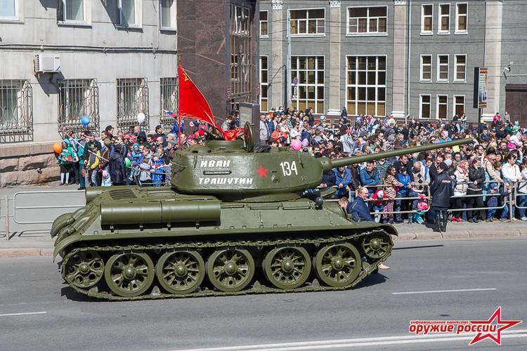 """""""Quai thu"""" SU-152 bat ngo tai xuat trong duyet binh o Nga-Hinh-12"""