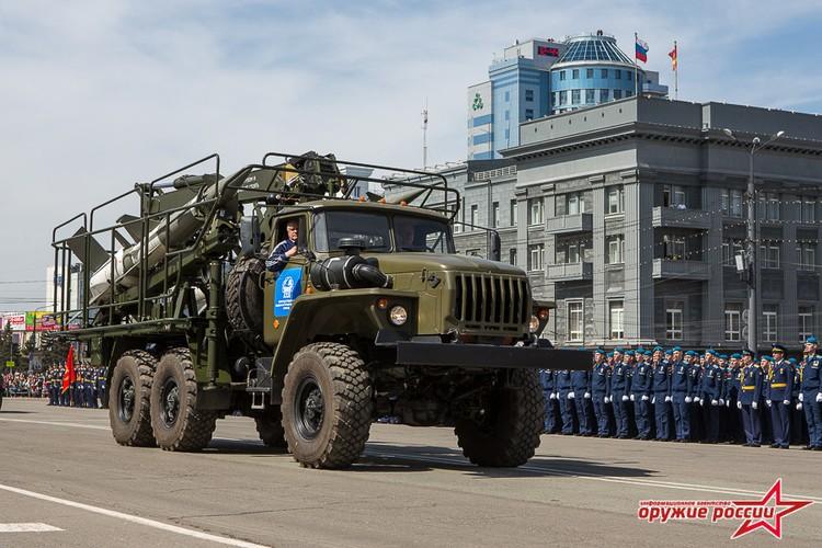 """""""Quai thu"""" SU-152 bat ngo tai xuat trong duyet binh o Nga-Hinh-13"""