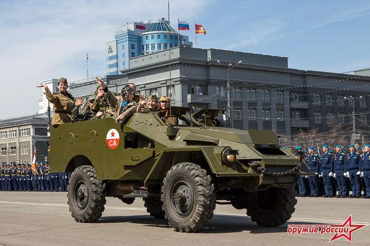 """""""Quai thu"""" SU-152 bat ngo tai xuat trong duyet binh o Nga-Hinh-14"""