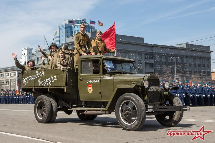 """""""Quai thu"""" SU-152 bat ngo tai xuat trong duyet binh o Nga-Hinh-9"""