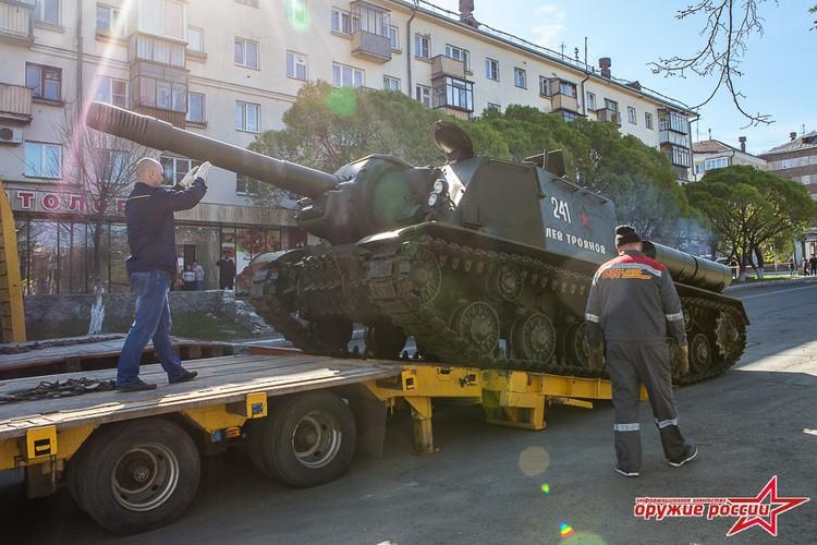 """""""Quai thu"""" SU-152 bat ngo tai xuat trong duyet binh o Nga"""