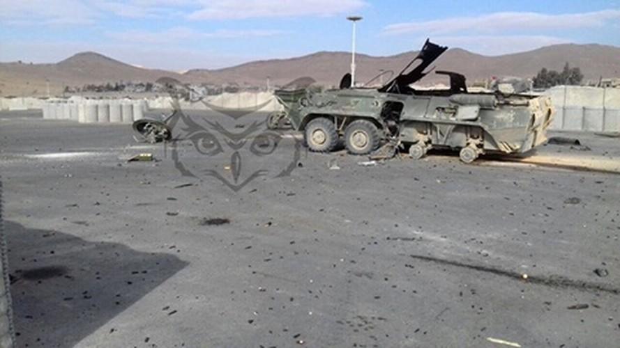 Kinh di: Xe thiet giap BTR-80 Nga bi ban bay thap phao