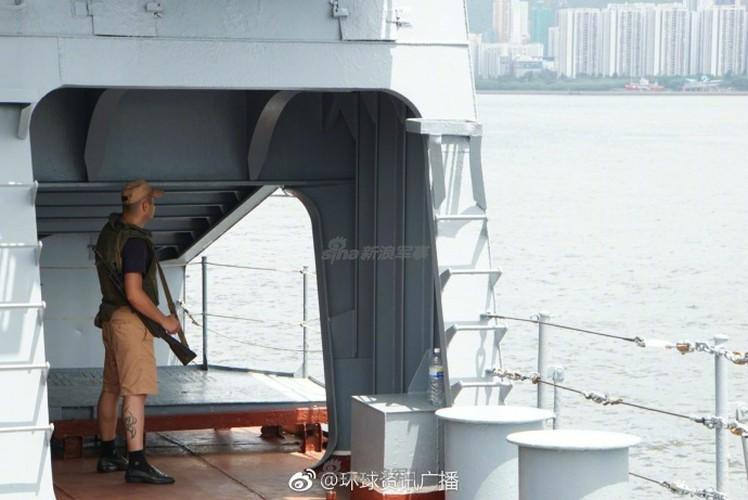 """Cu dan Hong Kong """"choang ngop"""" tuan duong ham Varyag cua Nga-Hinh-10"""