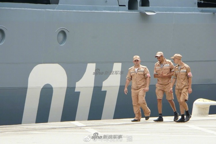 """Cu dan Hong Kong """"choang ngop"""" tuan duong ham Varyag cua Nga-Hinh-11"""