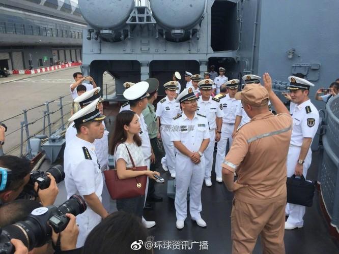 """Cu dan Hong Kong """"choang ngop"""" tuan duong ham Varyag cua Nga-Hinh-12"""