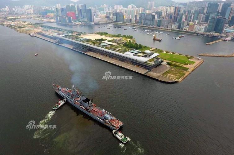 """Cu dan Hong Kong """"choang ngop"""" tuan duong ham Varyag cua Nga-Hinh-2"""