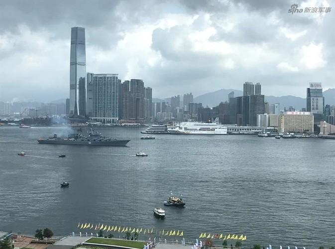 """Cu dan Hong Kong """"choang ngop"""" tuan duong ham Varyag cua Nga-Hinh-6"""