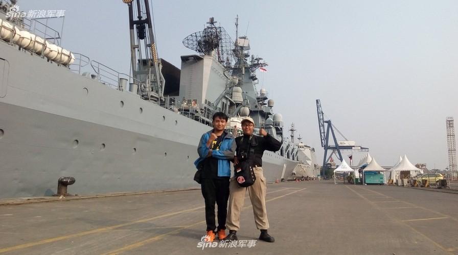 """Cu dan Hong Kong """"choang ngop"""" tuan duong ham Varyag cua Nga-Hinh-7"""
