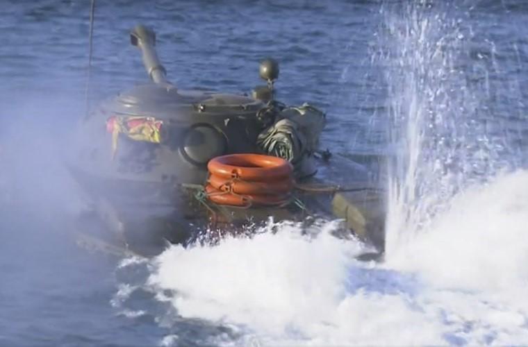 Cuc hiem ben trong thap phao xe tang PT-76B Viet Nam-Hinh-12