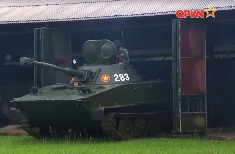Cuc hiem ben trong thap phao xe tang PT-76B Viet Nam