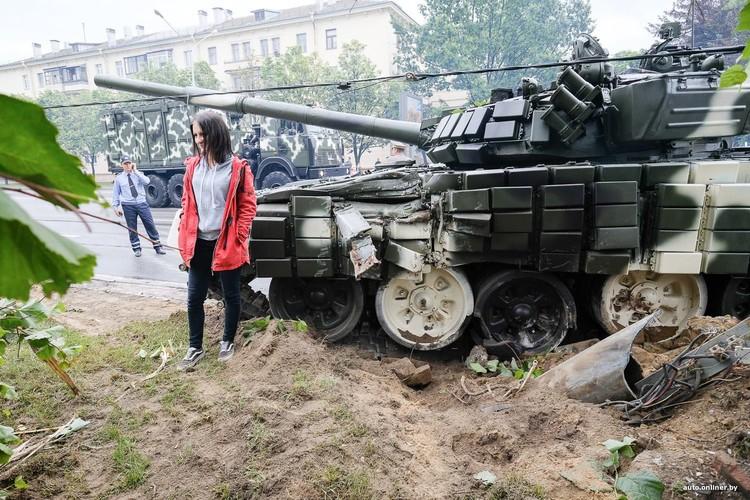 Huc cot dien, xe tang T-72 nhan cai ket dau dieng-Hinh-4