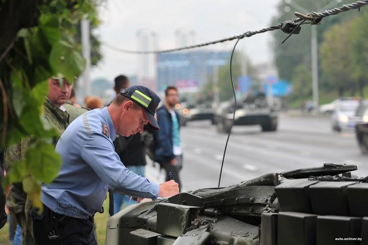 Huc cot dien, xe tang T-72 nhan cai ket dau dieng-Hinh-6
