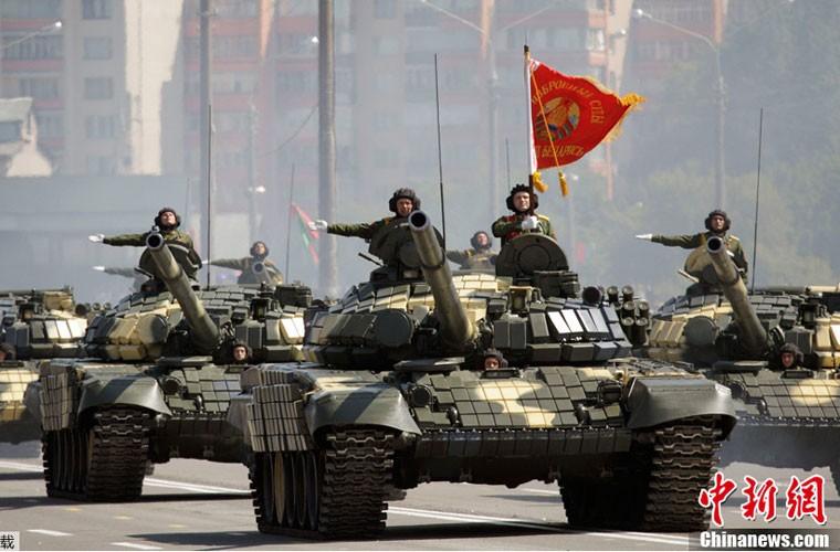 Huc cot dien, xe tang T-72 nhan cai ket dau dieng-Hinh-8