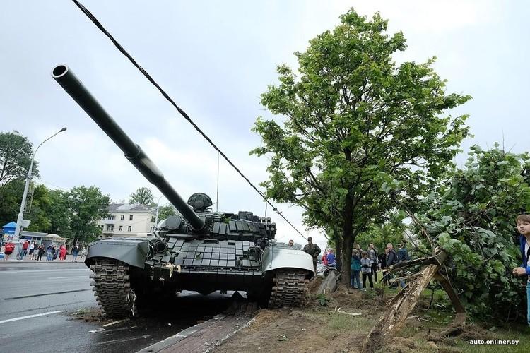 Huc cot dien, xe tang T-72 nhan cai ket dau dieng