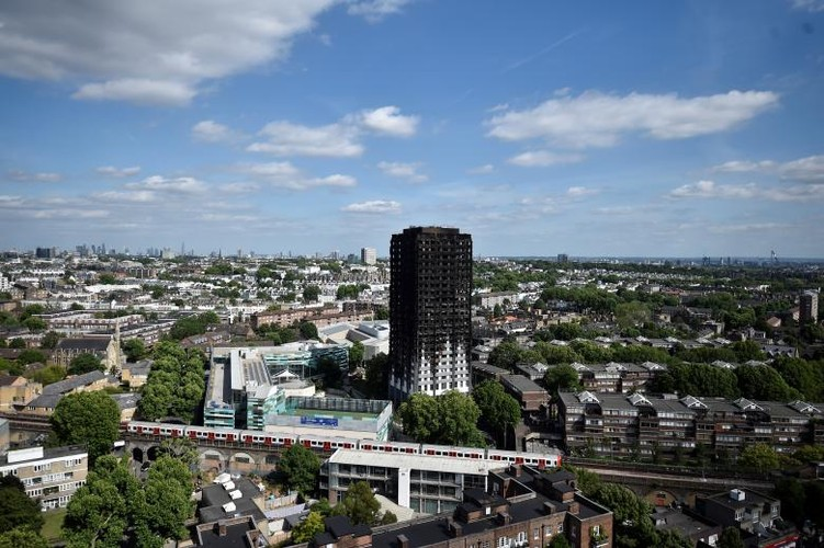 Bieu tinh o London sau vu chay chung cu Grenfell Tower-Hinh-9
