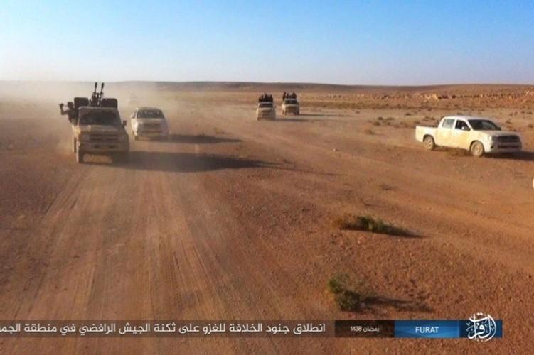 Phien quan IS dot kich can cu Iraq gan bien gioi Syria-Hinh-4