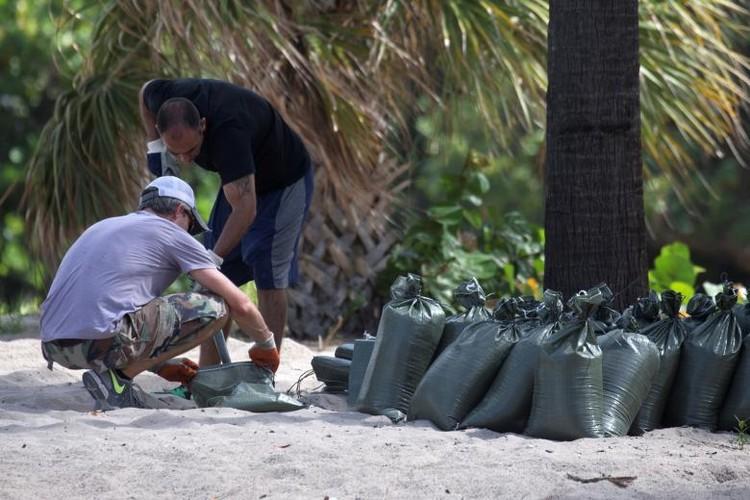 Hoi ha, bang Florida chuan bi doi pho sieu bao Irma-Hinh-13