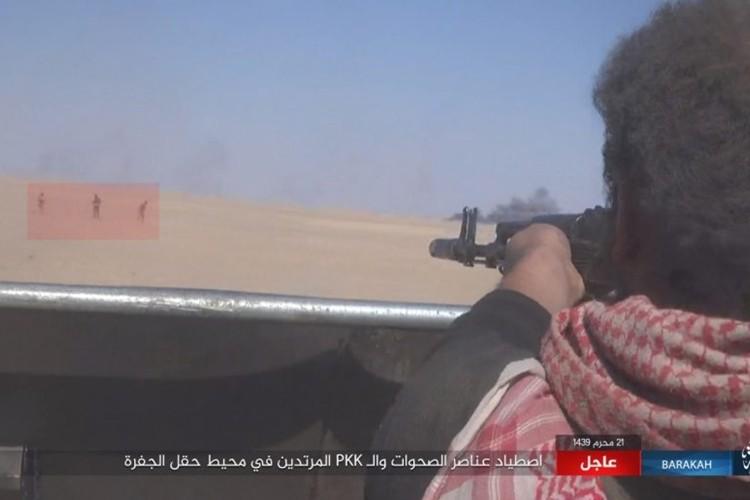 Chum anh phien quan IS san duoi SDF o mo dau Jafrah-Hinh-11