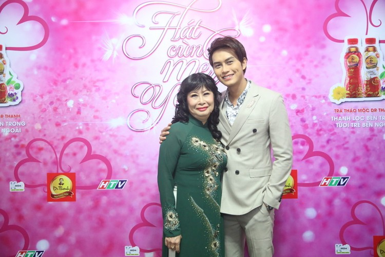 Hong Van lan dau khoe con trai cung tren san khau-Hinh-8