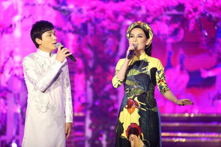 Phi Nhung nhieu lan hon Manh Quynh tren san khau-Hinh-2