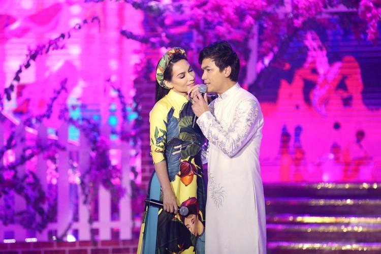 Phi Nhung nhieu lan hon Manh Quynh tren san khau-Hinh-3