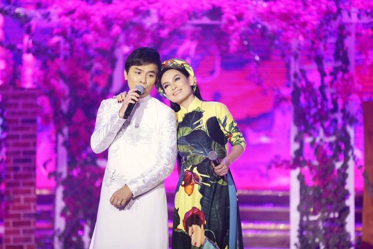 Phi Nhung nhieu lan hon Manh Quynh tren san khau-Hinh-4