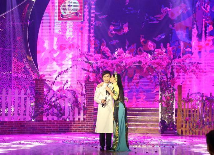 Phi Nhung nhieu lan hon Manh Quynh tren san khau-Hinh-6