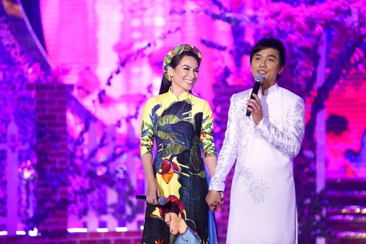Phi Nhung nhieu lan hon Manh Quynh tren san khau