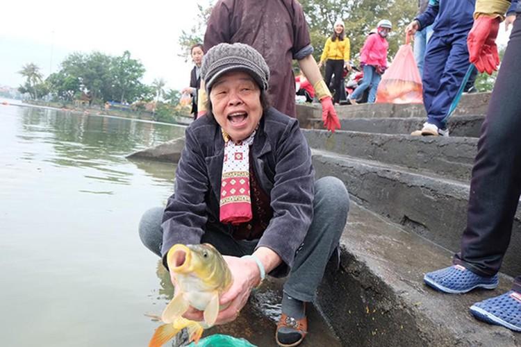 Chum anh: Nguoi dan no nuc tha ca chep tien ong Tao ve troi-Hinh-10