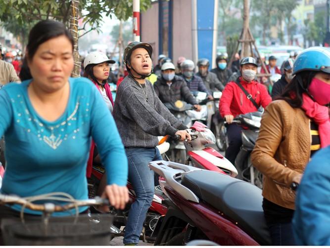 Anh: Nguoi Ha Noi chen chuc nhau sau ngay lam viec can Tet-Hinh-6