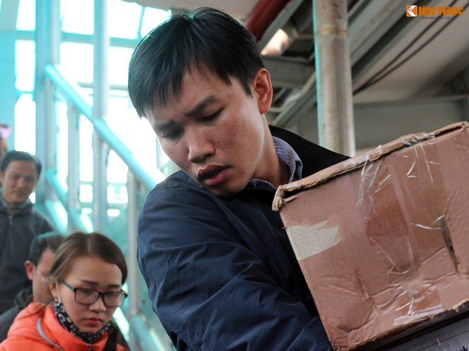 Anh: Hanh khach meu mao vi khong kip len tau ve que an Tet-Hinh-4