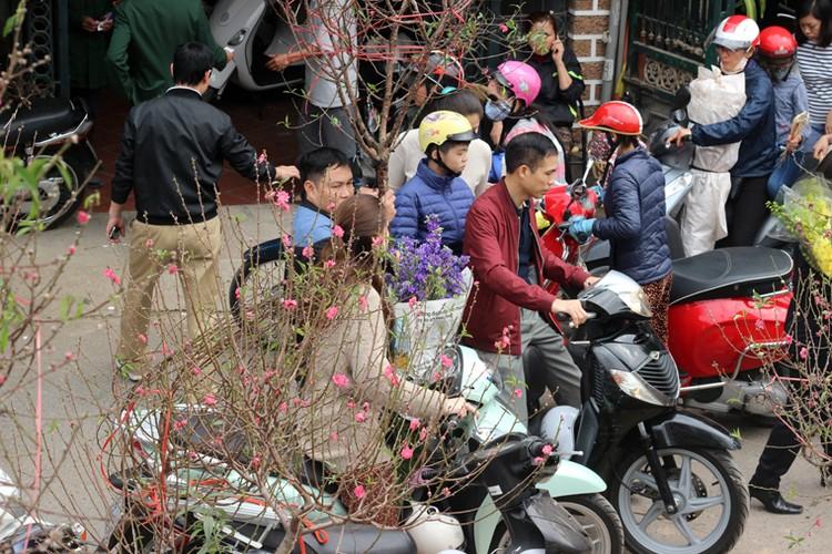 Nguoi Ha Noi chen nhau nghet tho o cho hoa ngay 29 Tet-Hinh-4