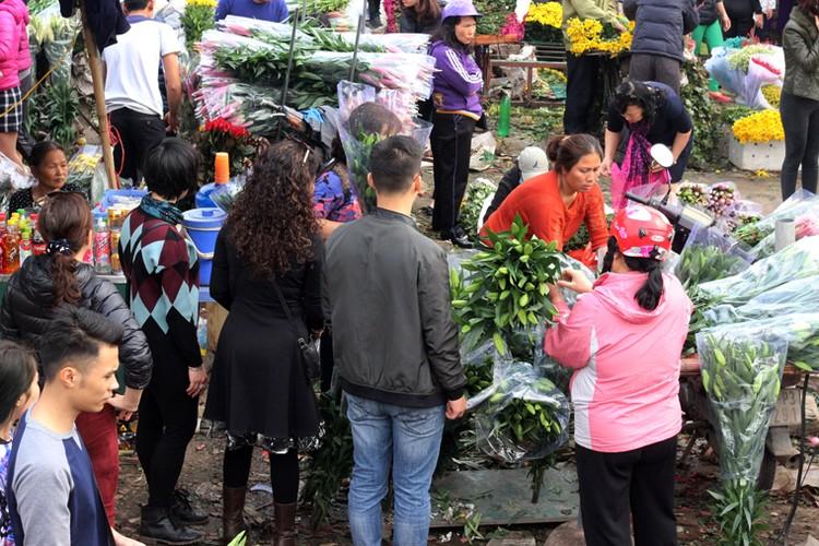 Nguoi Ha Noi chen nhau nghet tho o cho hoa ngay 29 Tet-Hinh-6