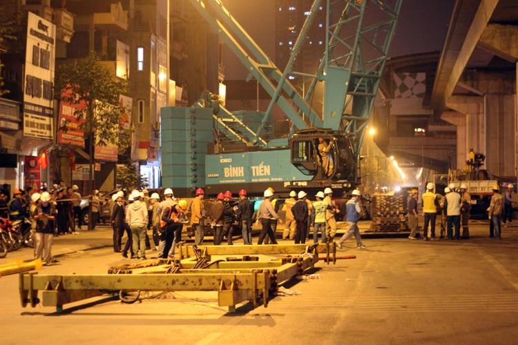 Anh: Cau thanh cong tau len ray duong sat tren cao Cat Linh – Ha Dong
