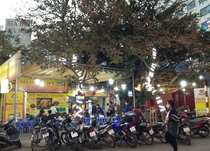 Anh: Quan bia via he Ha Noi chiem het duong nguoi di bo-Hinh-10