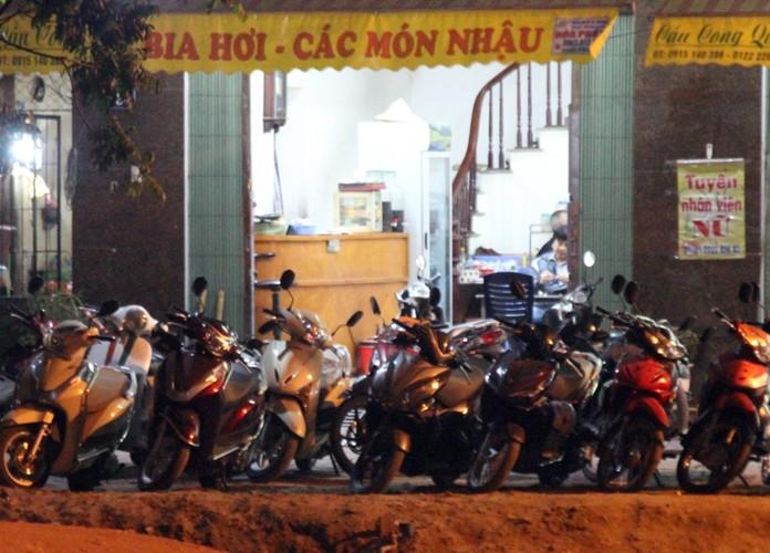 Anh: Quan bia via he Ha Noi chiem het duong nguoi di bo-Hinh-13