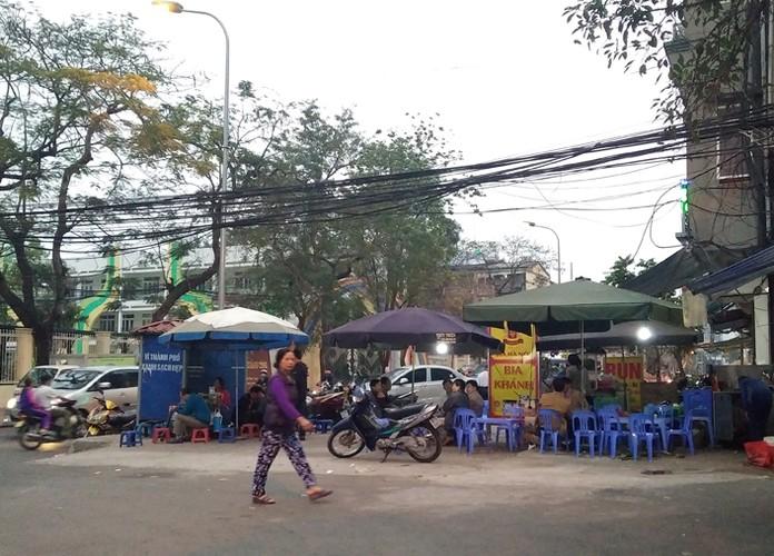 Anh: Quan bia via he Ha Noi chiem het duong nguoi di bo-Hinh-3