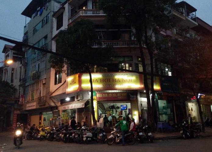 Anh: Quan bia via he Ha Noi chiem het duong nguoi di bo-Hinh-8