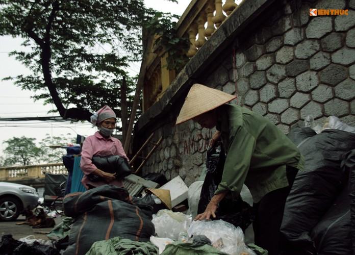 Anh: Nhung nguoi phu nu khong biet den hoa ngay 8/3