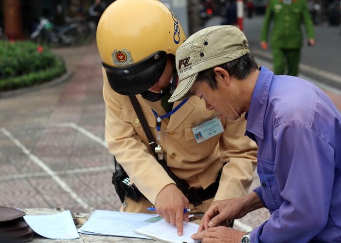 Ha Noi phat do xe vi pham: Hut dieu thuoc lao, mat 70 nghin-Hinh-9