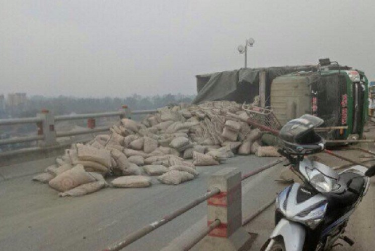 Anh: Xe cho xi mang lat ngang chan duong tren cao Ha Noi-Hinh-2