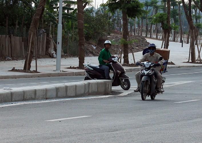 """Xe may noi duoi nhau di nguoc chieu tren """"con duong vang"""" Ha Noi-Hinh-10"""