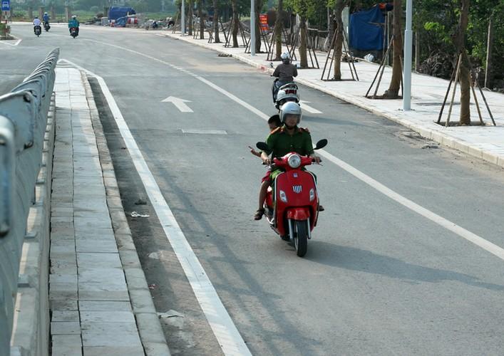 """Xe may noi duoi nhau di nguoc chieu tren """"con duong vang"""" Ha Noi-Hinh-7"""