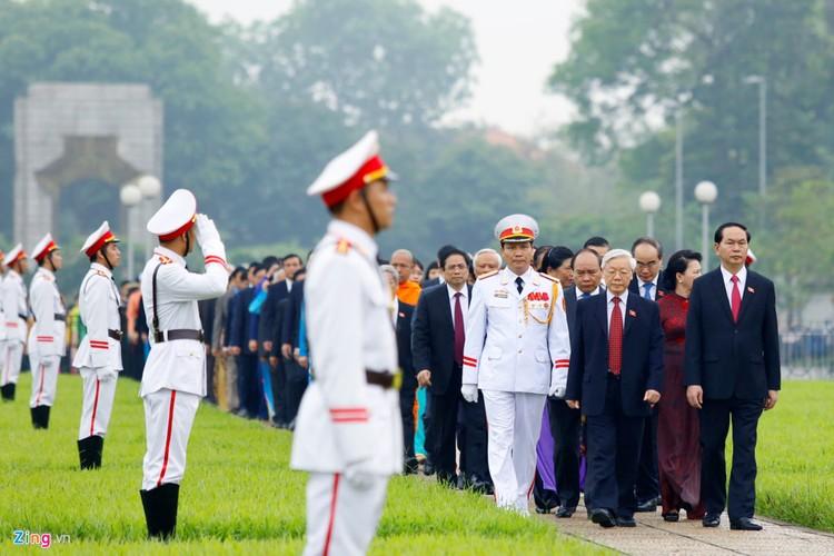 Anh: Dai bieu Quoc hoi vieng Chu tich Ho Chi Minh-Hinh-3